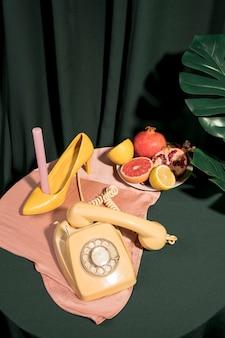 Artículos femeninos amarillos en mesa
