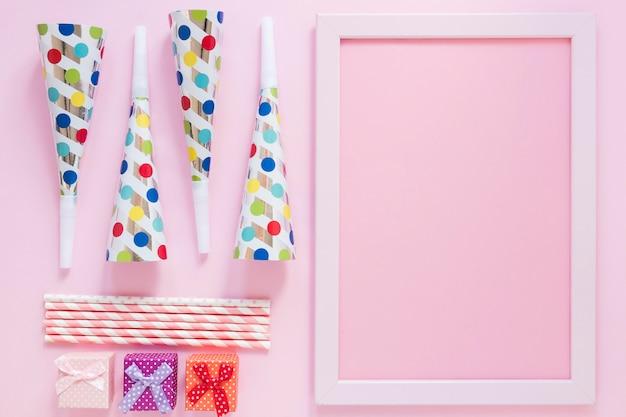 Artículos de fiesta laicos planos sobre fondo rosa