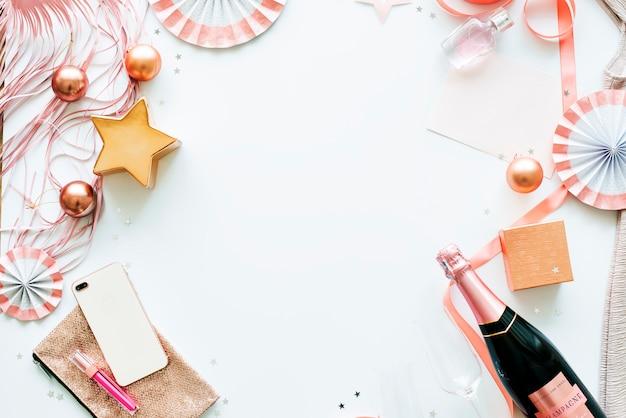 Artículos de fiesta sobre fondo blanco con espacio de diseño.