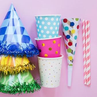 Artículos de fiesta sobre fondo rosa vista superior