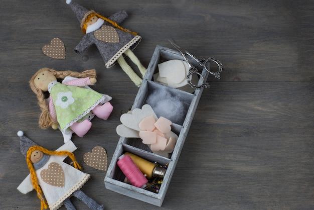 Artículos para hacer muñecas: algodón, patrón, tela, tijeras, hilo.