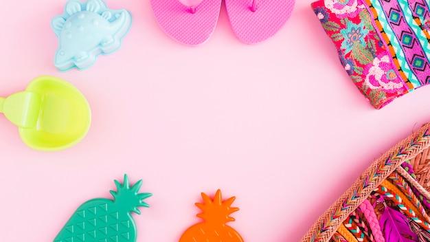 Artículos marinos de playa sobre fondo rosa