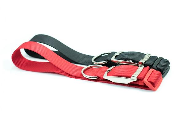 Artículos para mascotas sobre collares para perro. collares de negro y rojo.