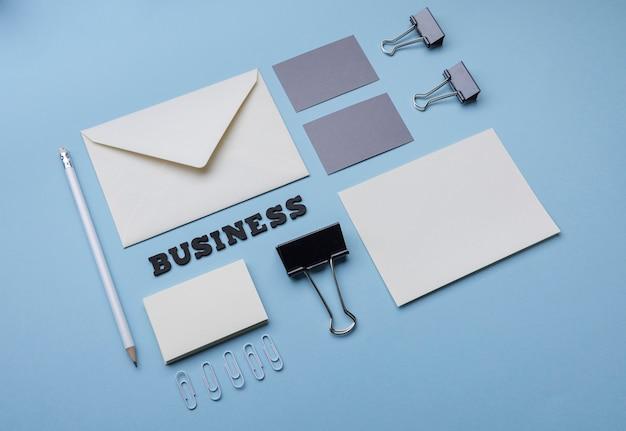 Artículos de oficina de alta vista y tarjetas de visita
