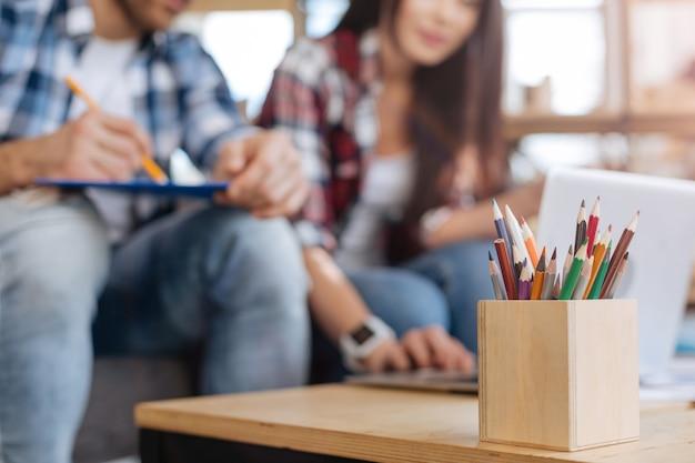 Artículos de papelería. enfoque selectivo de lápices de colores en la caja de madera mientras está listo para ser utilizado para dibujar