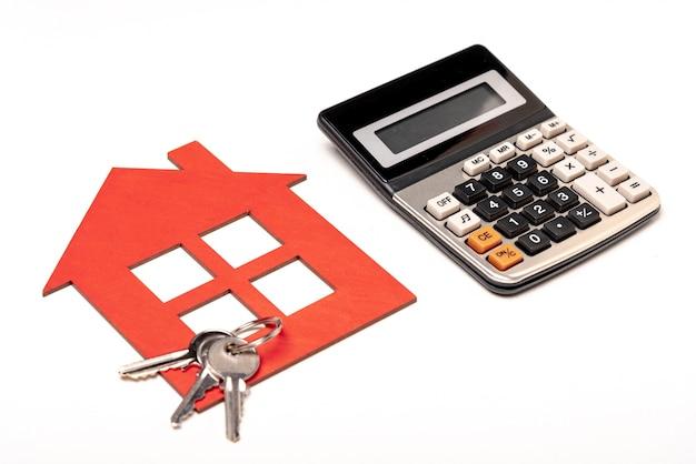 Artículos de papelería inmobiliaria con llaves de la casa