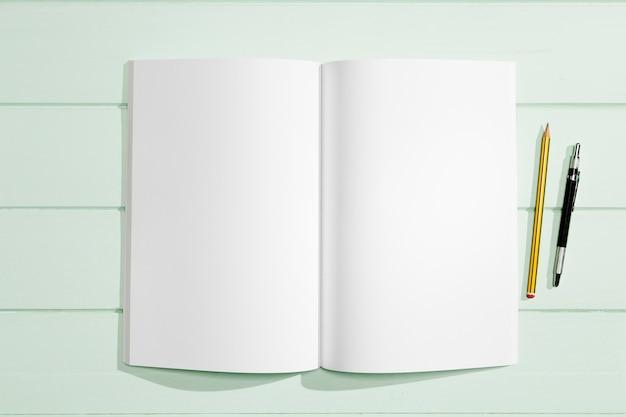 Artículos de papelería y papel blanco de espacio de copia