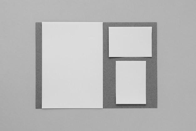 Artículos de papelería sobre fondo gris