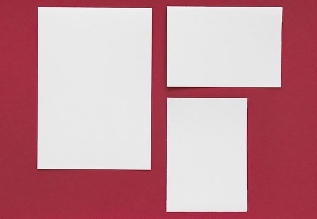 Artículos de papelería sobre fondo rojo.