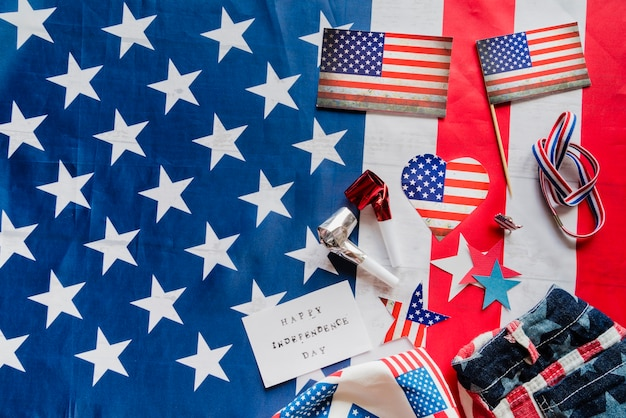 Artículos patrióticos en el fondo de la bandera de estados unidos