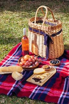 Artículos de picnic de alto ángulo sobre una manta roja y azul