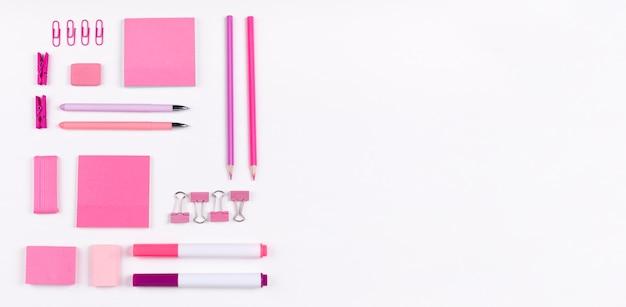 Artículos planos de color rosa con espacio de copia