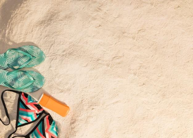 Artículos de resort de verano en la playa de arena