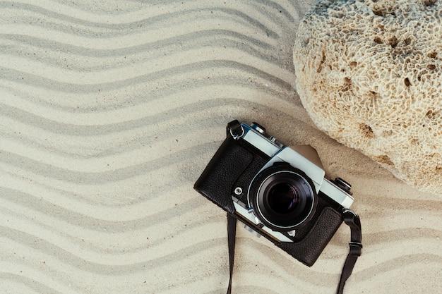 Artículos de verano, accesorio en temporada de vacaciones en pared de color.