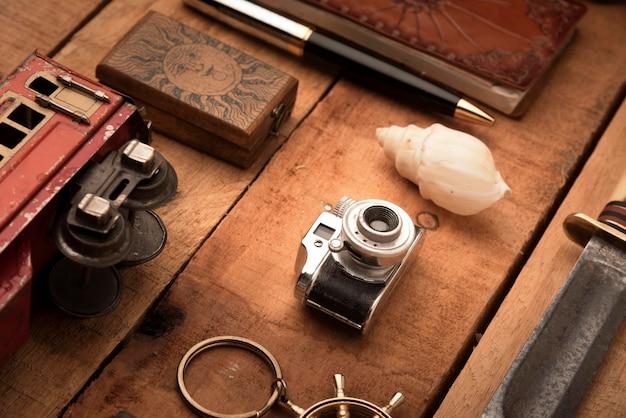 Artículos de viaje de alto ángulo sobre mesa de madera
