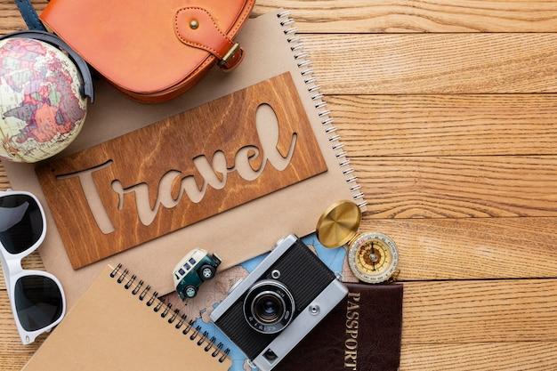 Artículos de viaje sobre fondo de madera