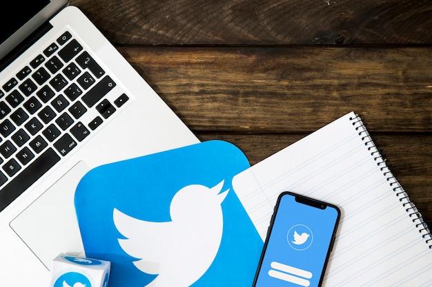 Artilugios electrónicos con bloc de notas e icono de twitter