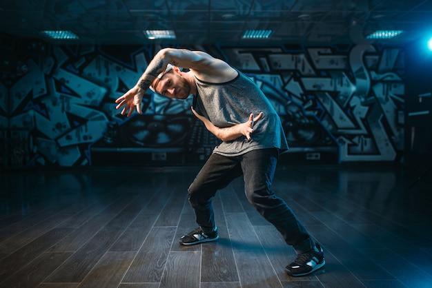Artista de breakdance posando en estudio de danza