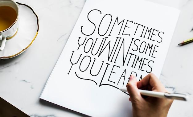 Un artista creando ilustraciones de letras a mano.