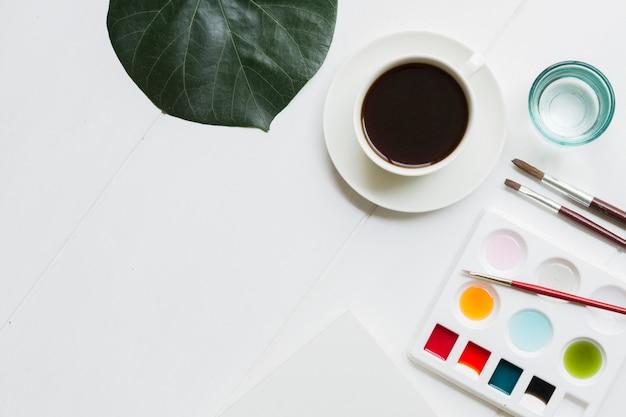 Artista creativa, espacio de trabajo con acuarela y pinceles.