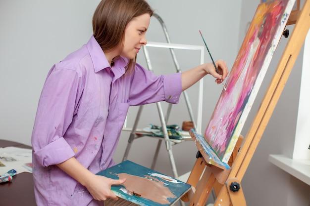 Artista creativo pintando en el estudio