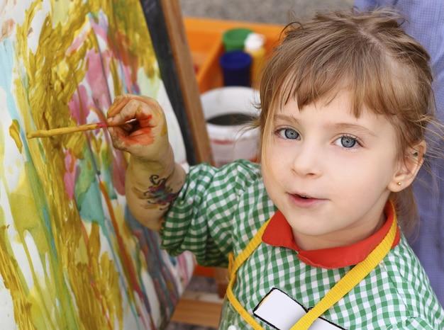 Artista escolar niña pintando acuarelas retrato