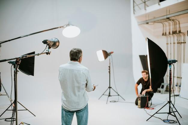 Artista en el estudio con equipo de iluminación.