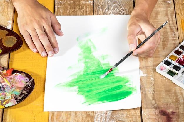 Artista en estudio de pintura con pincel