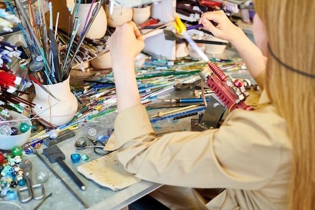 Artista femenina irreconocible melting glass