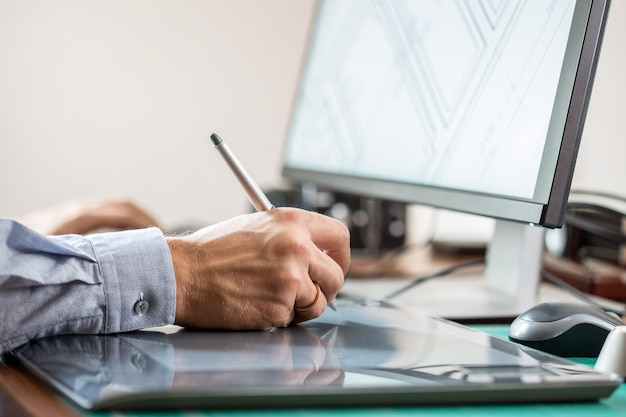 Artista gráfico con tableta gráfica en su escritorio