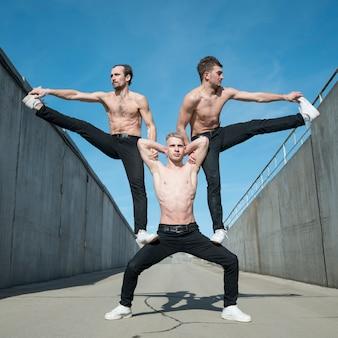 Artista de hip hop posando afuera sin camisa
