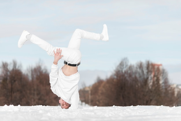 Artista de hip hop posando mientras baila afuera