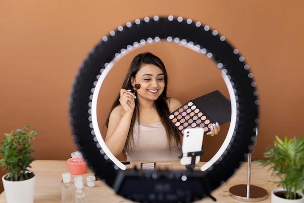 Artista de maquillaje vlogueando sus tutoriales