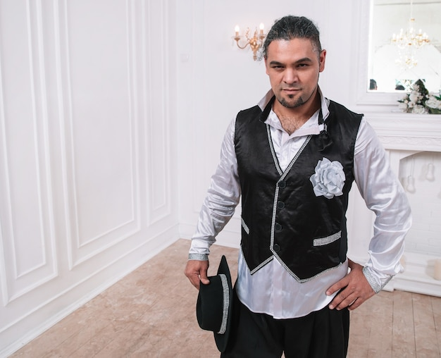 Artista masculino brutal en una variedad de disfraces. foto con espacio para texto
