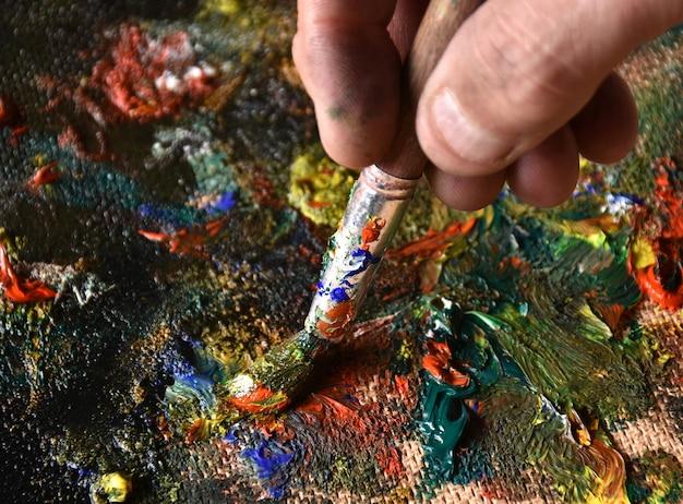 Artista mezcla de pintura al óleo de color en paleta