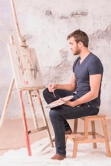 Artista pensando