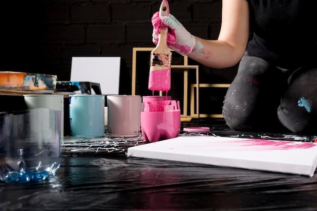 Artista con pincel para pintar lienzo