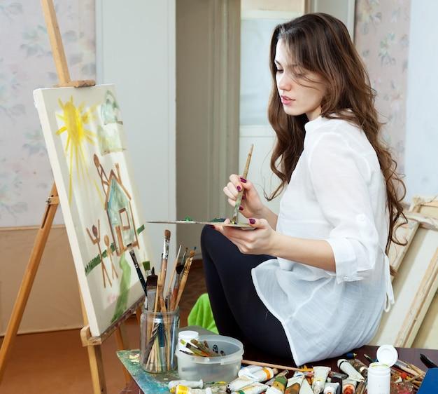Artista pinta la casa sobre lienzo