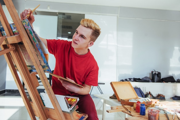 Artista pintando un cuadro en un estudio