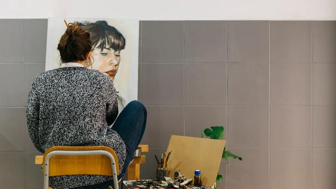 Artista pintando retrato femenino