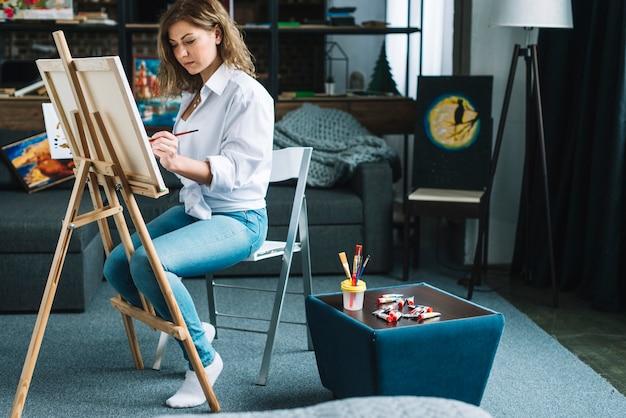 Artista pintando en salón
