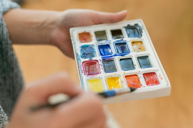 Artista de primer plano con paleta de colores
