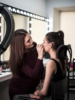 Artista profesional aplicando maquillaje