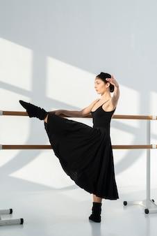 Artista profesional bailando con gracia