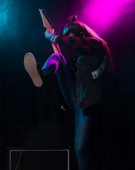 Artista tocando la guitarra y sintiendo el instrumento.