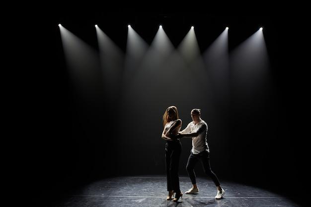 Artistas bailando salsa