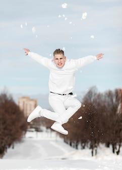 Artistas de hip hop bailando afuera con nieve