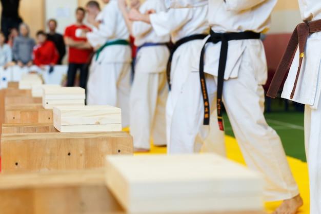 Los artistas marciales rompen las tablas de madera.