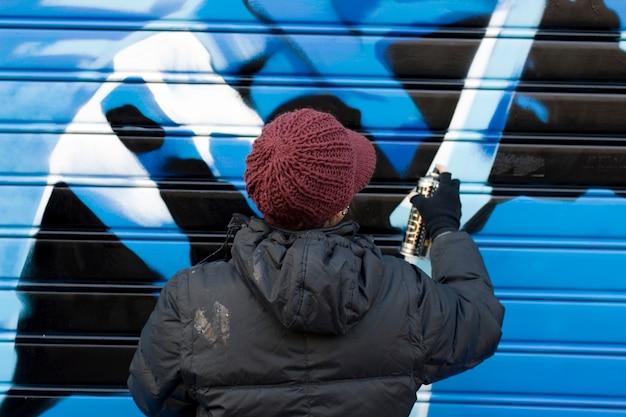 Artistas pintando un graffito