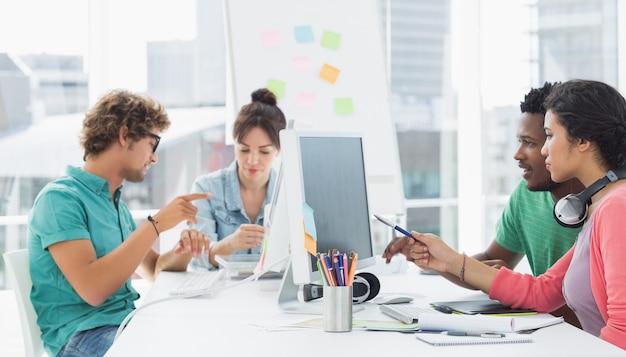 Artistas que trabajan en el escritorio en la oficina creativa